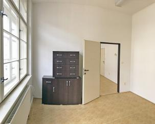 Dvě propojené místnosti v prvním patře (30 m2)